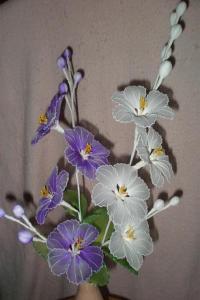 Покрашенные капроновые цветы